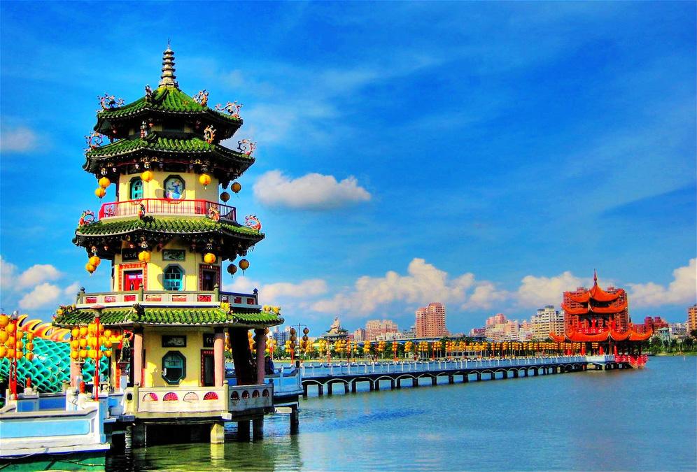 http://beautifulplacestovisit.com/large/lakes/Lotus-Lake-Kaoshiung-Taiwan4.jpg
