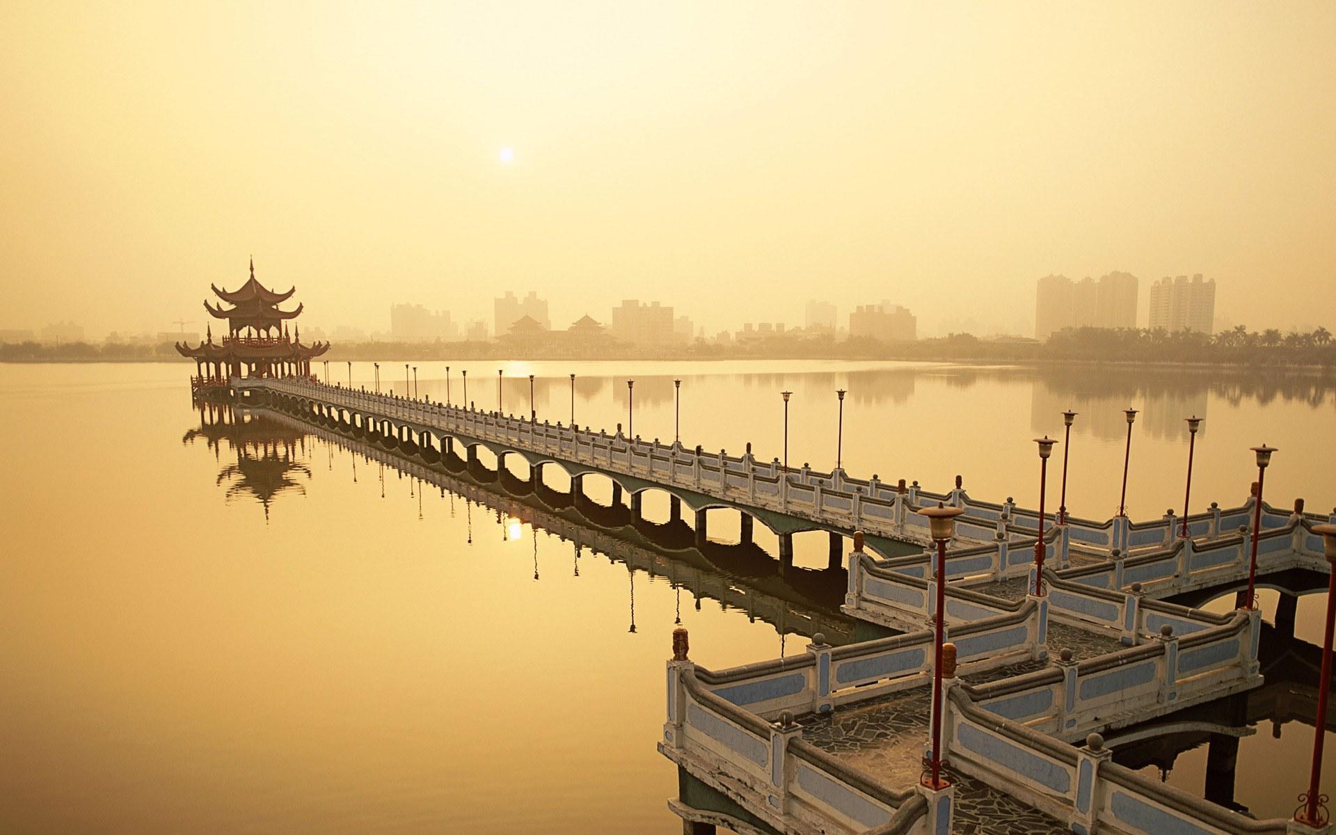 http://beautifulplacestovisit.com/large/lakes/Lotus-Lake-Kaoshiung-Taiwan5.jpg