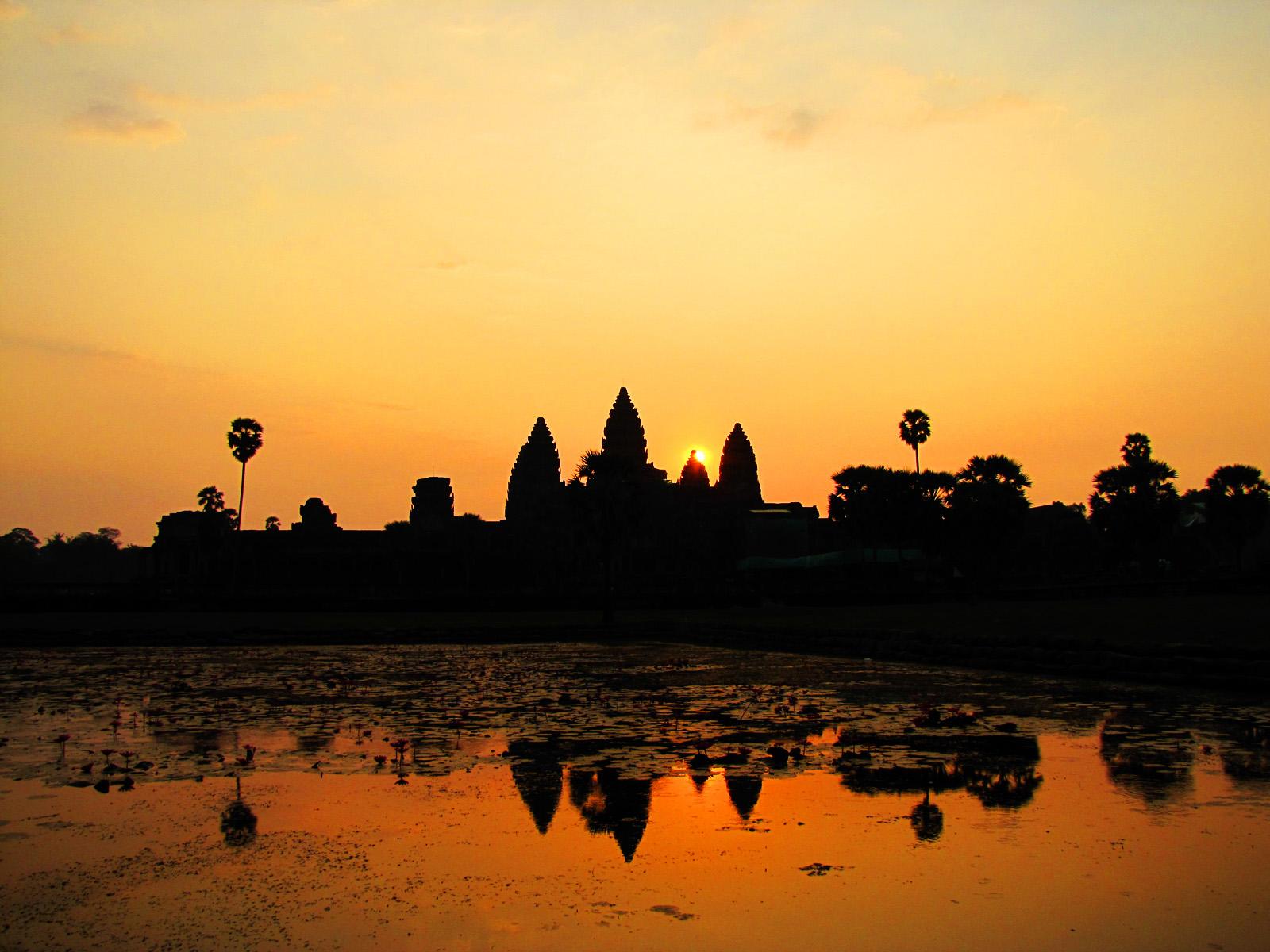 http://beautifulplacestovisit.com/wp-content/uploads/2010/04/Angkor_Wat_Cambodia1_Sunrise.jpg
